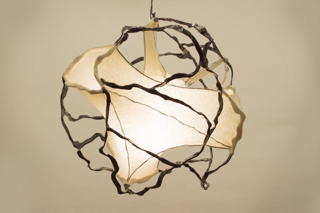 Bolvormige lamp, smeedwerk en Walkloden, ontwerp Jan Stigt en Karine Stigt.
