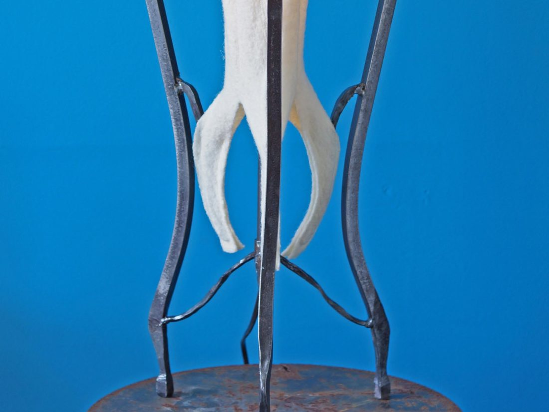 Detail lamp, smeedwerk en Walkloden, ontwerp Jan Stigt en Karine Stigt.