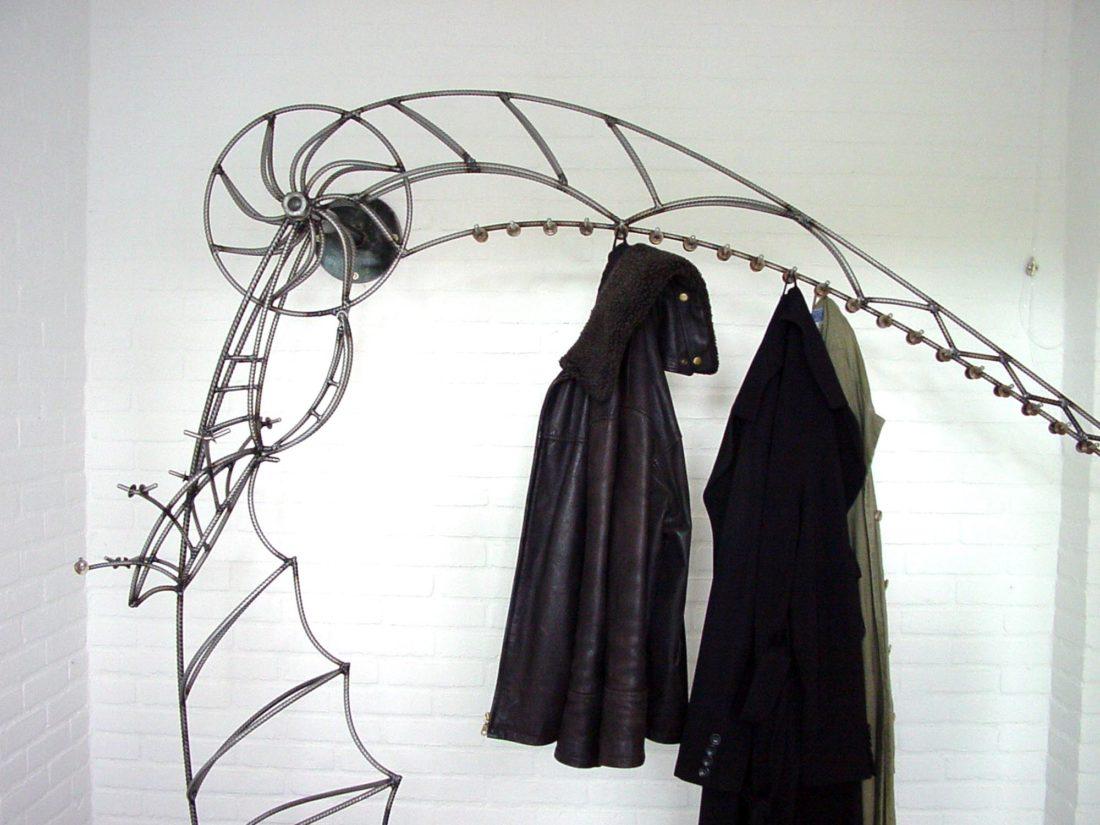 Kapstok van staal, ontwerp Jan Stigt